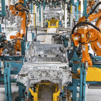 Robotit kokoavat autoja Uudenkaupungin tehtaalla.