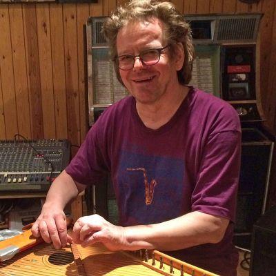 Kuvassa musiikintutkija Hannu Saha