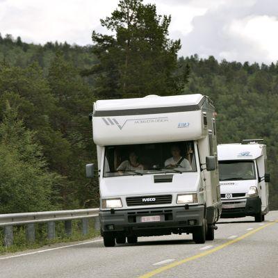 Matkailu-auto maantiellä Lapissa.