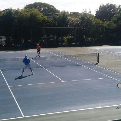 Kemin kaupunginjohtaja Tero Nissinen pelaamassa tennistä.