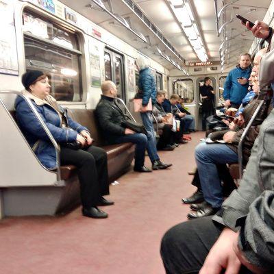 Pietari Tunnelma metrossa oli vakava junan ohittaessa terrori-iskun tapahtumapaikan.
