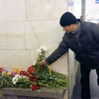 Juri Vinogradov ottaa osaa kuolleiden omaisten suruun.