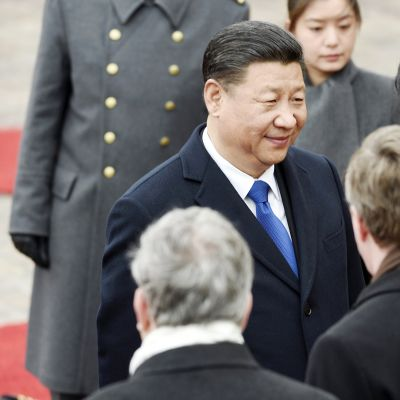 Xi Jinping ja Peng Liyuan osallistuvat juhlaseremoniaan Presidentinlinnan edustalla Helsingissä.