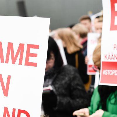Laittomat karkoitukset lopetettava -mielenosoitus Kansalaistorilla.