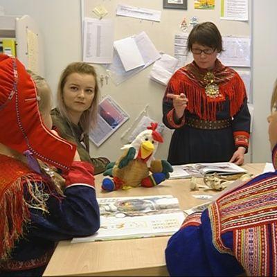 Lastentarhanopettaja Sari Niemelä opettaa esikoululaisia saamenkielisessä Galdazat-päiväkotiryhmässä Rovaniemellä.