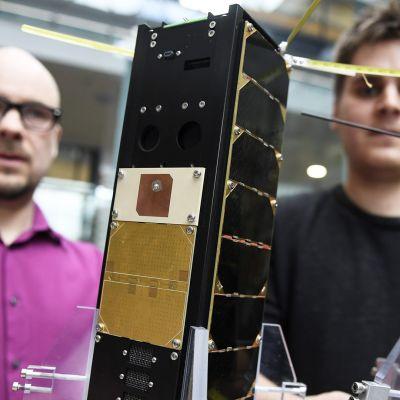 Professori Jaan Praks ja Reaktor Space Labin CEO Tuomas Tikka esittelivät Aalto 1 (vas.) ja 2 -satelliitteja Aalto-yliopistolla Espoon Otaniemessä 24. maaliskuuta 2017.