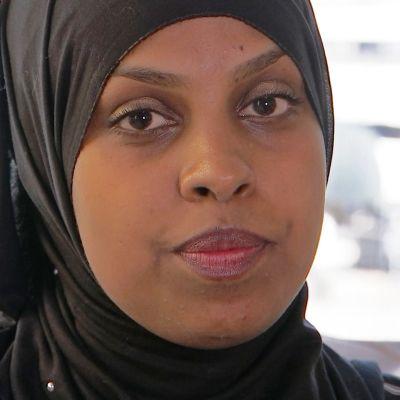Habiba Ali työskentelee radikalisoitumista vastaan projektikoordinaattorina Kirkon Ulkomaanavun Reach Out –hankkeessa. Hän on tuore Espoon sosiaalidemokraattien kunnanvaltuutettu sekä seitsemän lapsen yksinhuoltaja.