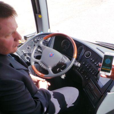 matkustaja näyttää mobiililippua kuljettajalle