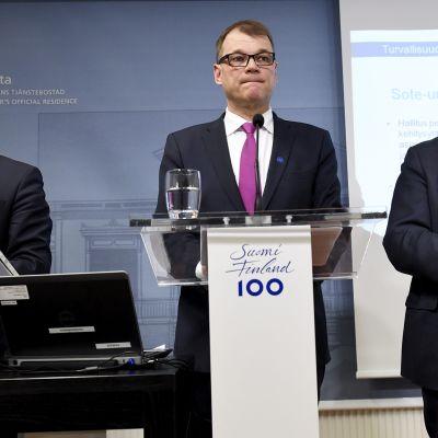 Valtiovarainministeri Petteri Orpo, pääministeri Juha Sipilä ja ulkoministeri Timo Soini hallituksen puoliväliriihen loppuinfossa Kesärannassa Helsingissä 25. huhtikuuta 2017.
