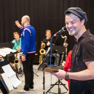 Näyttelija harjoittelee pornolauluja Umo orkesterin kanssa