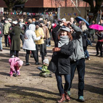 Sadekuurot verottivat selvästi yleisön määrää Vallilan vapputansseissa, mutta sentään muutamat parit ihan konkreettisesti tanssivatkin.