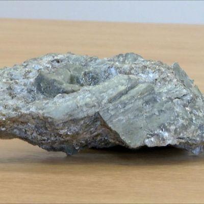 Spodumeenia sisältävää kiveä, josta jalostetaan litiumia.