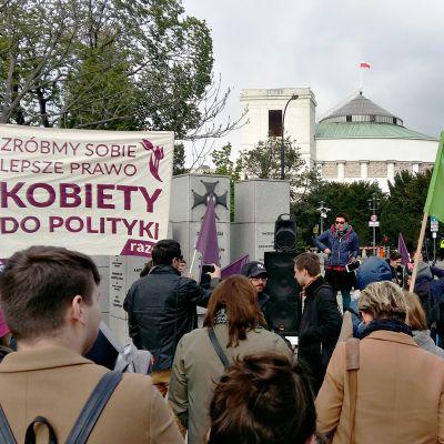 Aborttioikeutta puolustava mielenosoitus Varsovassa.