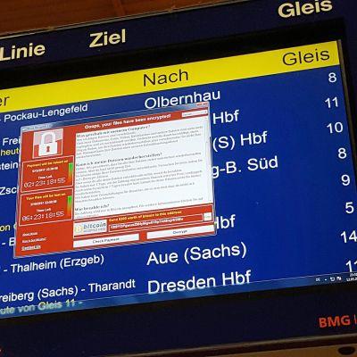 Aikataulunäytössä haittaohjelman vaatimus Chemnitzin rautatieasemalla 12. toukokuuta.