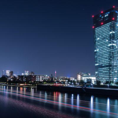 Euroopan keskuspankki iltavalaistuksessa.