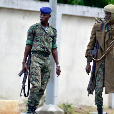 Kapinaan nousseita sotilaita armeijan päämajan edustalla Abidjanissa Norsunluurannikolla 12. toukokuuta.