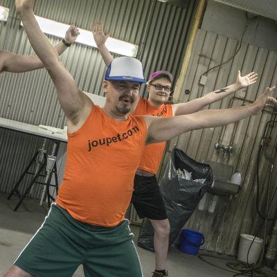 Joupet.com:in henkilökunta harrastamassa taukojumppaa.