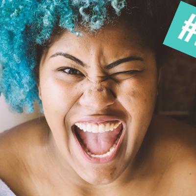 Nainen ja turkoosit hiukset, ja #lupanäkyä-teksti. Himmailetko turhaan? Lupa näkyä -päivää vietetään 23.5.2017.