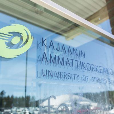 Ikkuna jossa Kajaanin ammattikorkeakoulun logo