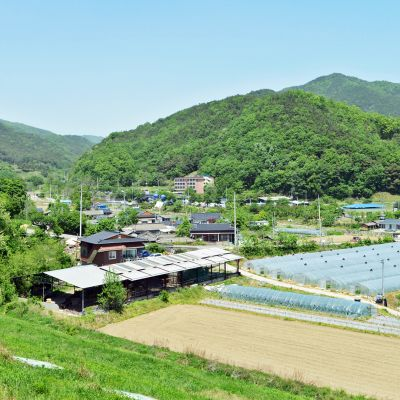 Ennen Seosongin kylä tunnettiin meloniviljelmistä, nyt vuorten katveeseen jäävästä ohjustukikohdasta.