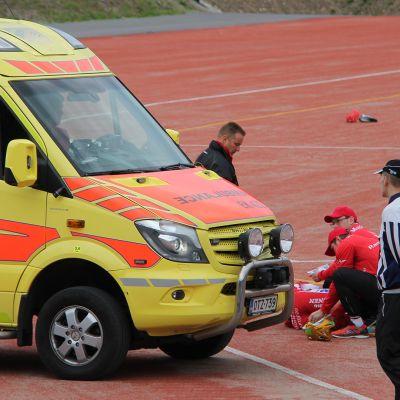 loukkaantunut pelaaja kentällä
