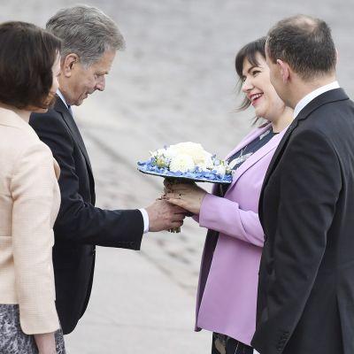 Islannin ja Suomen presidenttiparit juhlaseremoniassa presidentinlinnan edustalla.