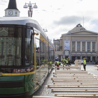 Helsingin uusi ratikka kylässä Tampereella, rakennusmiehiä, teatteritalo, vanhakirkko