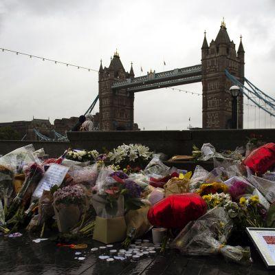 Kukkia London Bridgen edustalla Lontoossa.