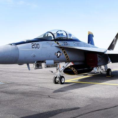 Amerikkalaisen lentokone- ja asevalmistajan Boeingin hävittäjä F/A-18 E Super Hornet Vantaalla.