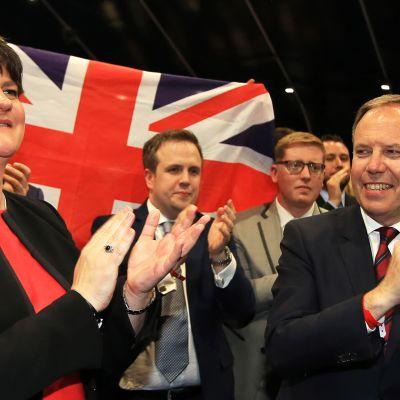 Pohjois-Irlannin unionistipuolueen puheenjohtaja Arlene Foster ja puolueen edustaja Nigel Dodds juhlivat vaalitulosta Belfastissa.