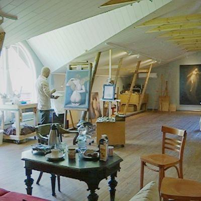 Sampo Kaikonen rakensi tselleen ateljee-gallerian vanhaan navettaan.