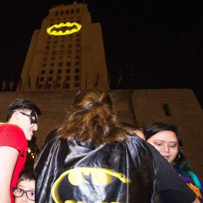 Batman-merkki heijastettuna kaupungintaloon Los Angelesissa 15. kesäkuuta.