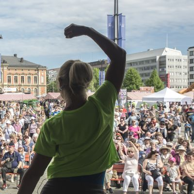 Hulahula -tanssin ohjeistusta Kuopion torilla.