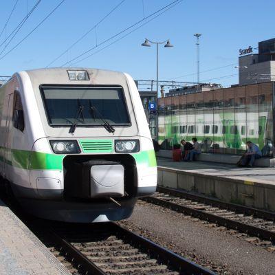Kuvassa juna Tampereen rautatieasemalla.