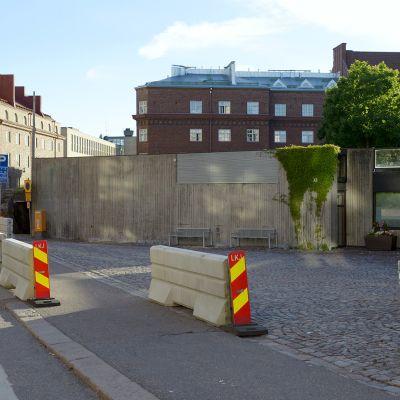 Temppeliaukion kirkon eteen pystytetyt betoniesteet, 19. kesäkuuta