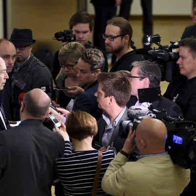 Perussuomalaisten puheenjohtaja Jussi Halla-aho lehdistön ympäröimänä perussuomalaisten eduskuntaryhmän tiedotustilaisuudessa eduskunnassa 22. kesäkuuta 2017.