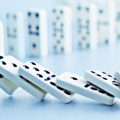 Dominopalikkarivistö kaatumassa.