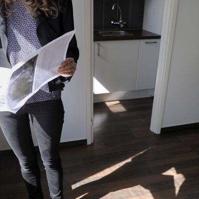 Nuori nainen kuvattuna asuntonäytössä.