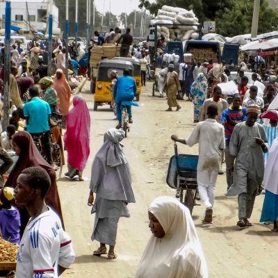 Nigerialaisia ostoksilla Maidugurin maanantai-markkinoilla 26. toukokuuta 2017.