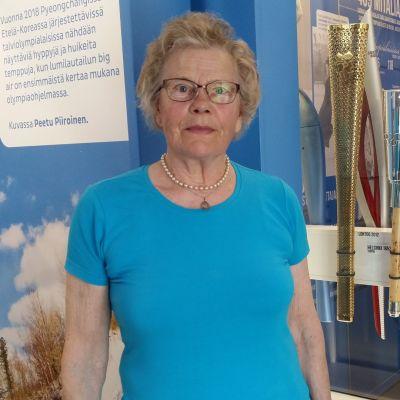 Soihdunkantaja Anna-Liisa Erkkilän vieressä mm. hänelle tuttu olympiasoihtu