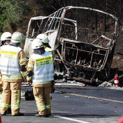 Pelastushenkilöstöä onnettomuuspaikalla A9-moottoritiellä Münchbergin lähistöllä 3. heinäkuuta.