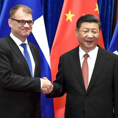 Pääministeri Juha Sipilä (vas.) tapsi Kiinan presidentin Xi Jinpingin Pekingissä 26. kesäkuuta 2017.