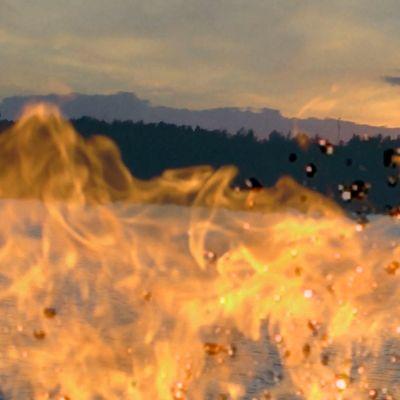 Eldslågor och en strand.