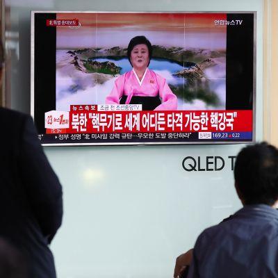 Eteläkorealaiset seurasivat uutislähetystä Pohjois-Korean ohjuskokeesta Soulissa 4. heinäkuuta.