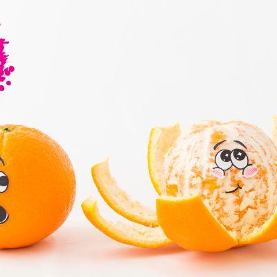 två mandariner med tecknade ansikten en ser chockad ut och har skalet på och den andra ser nöjd ut och är skalad