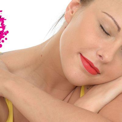 en kvinna som lutar sitt huvud på sina armar med ögonen fast och ser fridfull ut