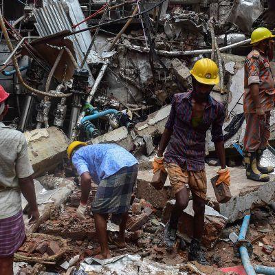 Pelastustyöntekijät onnettomuuspaikalla Gazipurissa Bangladeshissa 4. heinäkuuta.