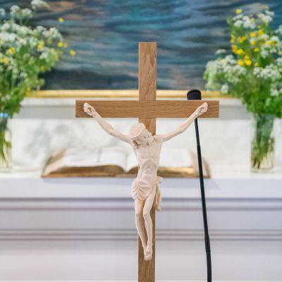 Risti Kajaanin kirkon alttarilla.