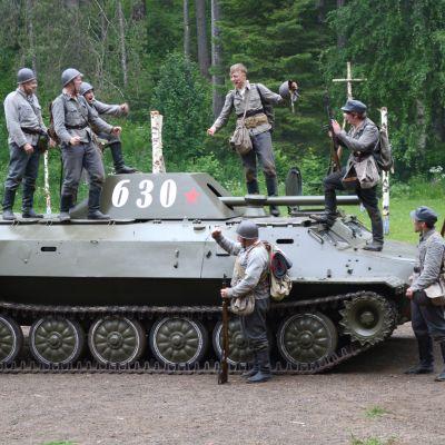Kk-joukkue juhlii alikersantti Hietasen tuhoaman tankin päällä.