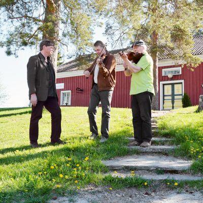 Timo Valo, Kimmo Anttila ja Mauno Järvelä Pelimannitalon edustalla.